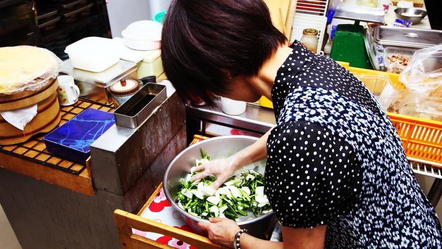 ■調理シーン_お客様に喜んで頂くために、自慢の料理は手作りです♪