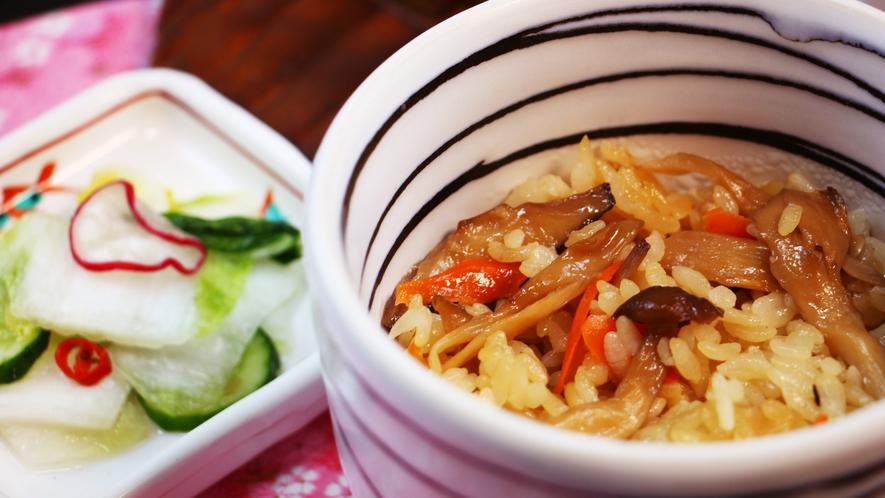 ■夕食_きのこの炊き込みご飯!ふたを開けると良い香りが…!出汁が決め手です♪