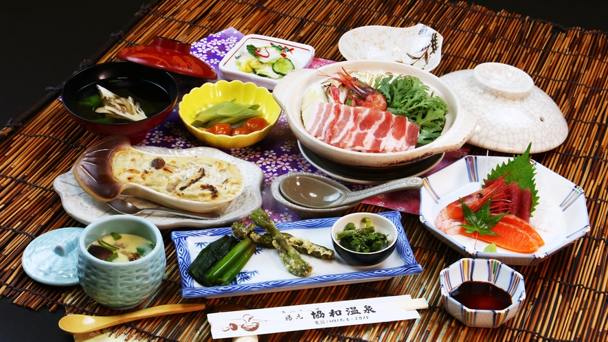 ■夕食全体_山菜たっぷりコース!旬の食材を使っております♪