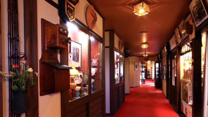 アンティークや古美術の飾られたロマンチックな館内