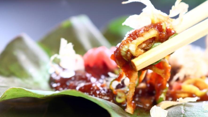 朝食◆味噌が乗った朴の木の葉は殺菌作用もあり、今でも重宝されております。