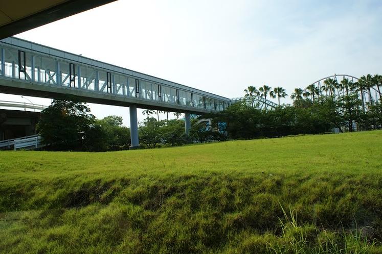 遊園地に続く渡り廊下
