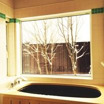 雪景色と木風呂
