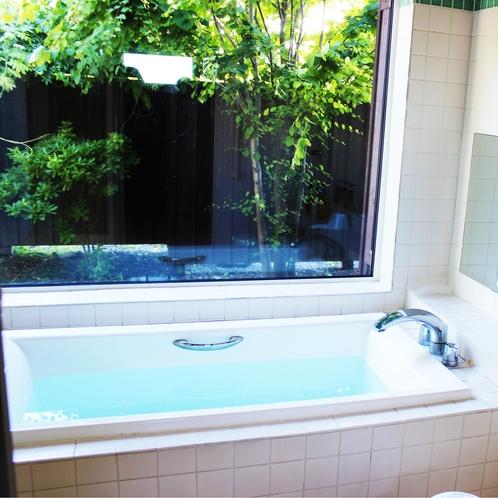 ゆったり脚を伸ばしリラックスできる露天風呂付き内風呂