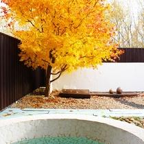 温泉に近い効能があると言われる麦飯石の露天風呂