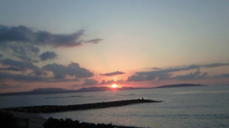 古宇利島と屋我地島に日が落ちる
