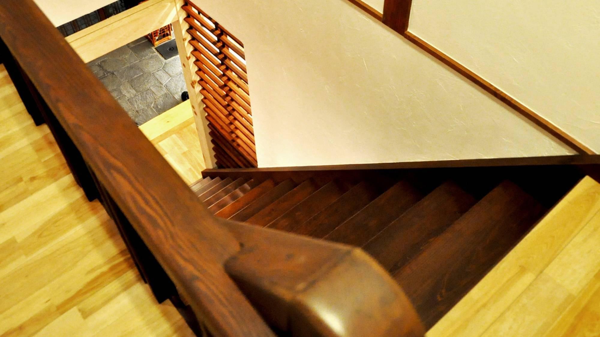 ・大正時代の木造階段は少し急です