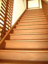 階段もきれいにリノベーションしました!