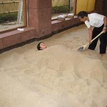 熟練したスタッフがゆっくりと砂を掛けていきます。