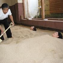 つま先が出てきたら砂を足します。また、かかとは低温火傷になりやすいので、注意も払っています。