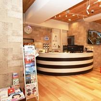 フロント:広島観光やビジネスはリニューアルした「HIROSHIMAピースホテル」を是非ご利用ください