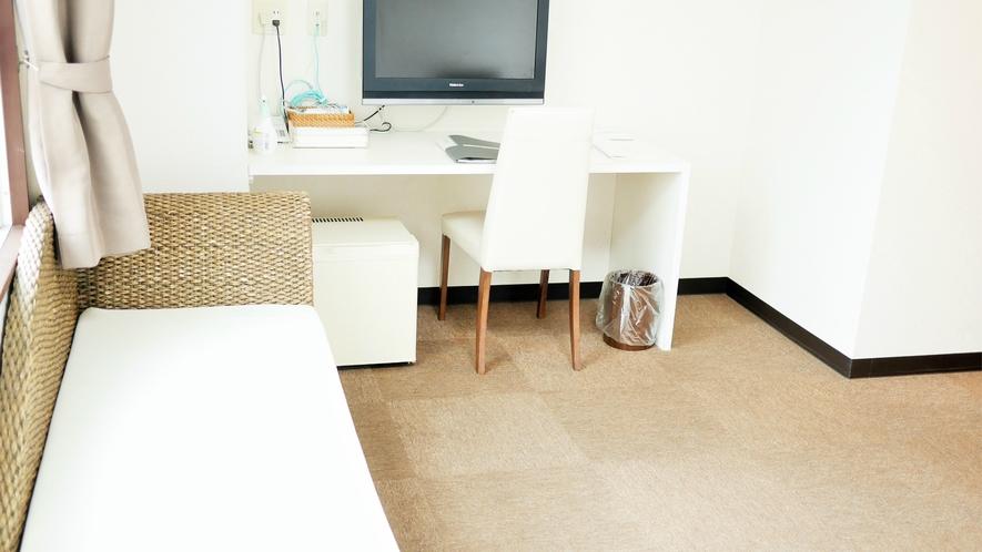 スタンダードシングルルーム(喫煙):広々お部屋で快適な滞在を。白を基調とした清潔感あるお部屋。