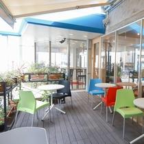 ホテル前のテラス席:気候の良い日は、外のテラス席で歓談やお仕事はいかがですか?