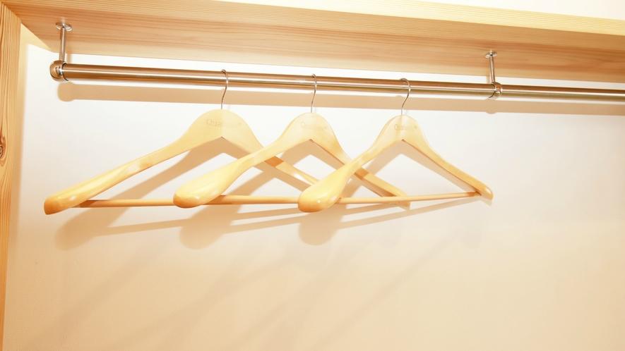 ツインルーム・ロフト付:広々お部屋を広くご利用して頂きたく、壁側にハンガー掛けがございます。