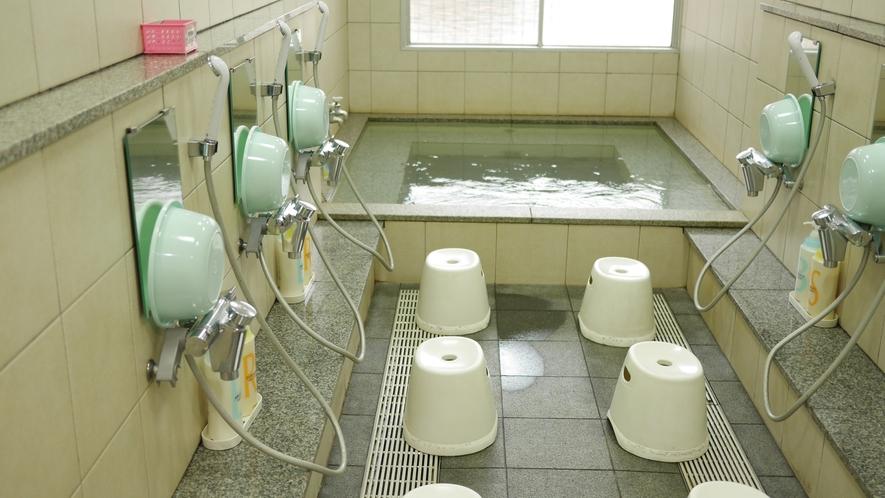 大浴場:洗い場も定員数用意しています。お湯に浸り、ごゆっくりと癒されてください。
