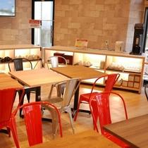 朝食会場:明るい光差し込むスタイリッシュな会場でご朝食をお召し上がりください。