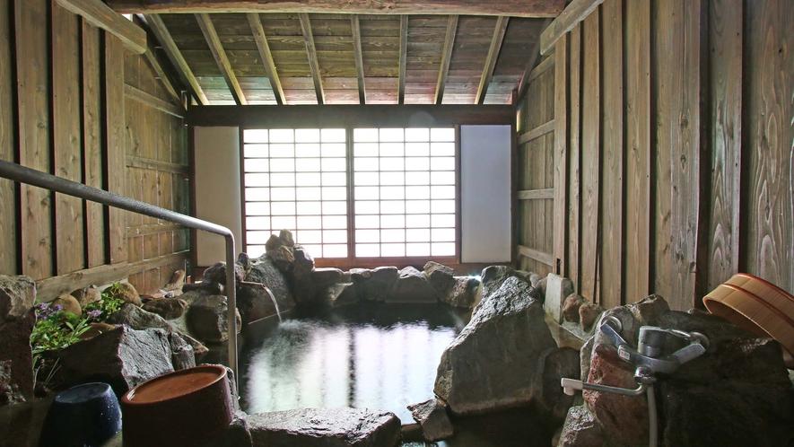 【源泉かけ流し】温泉は雰囲気の違う2タイプをご用意しております。貸切です。