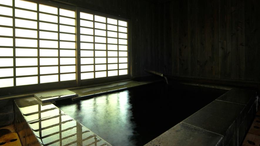 【石風呂】庭の緑が窓からこぼれる石風呂。石で出来た重厚な石風呂は冷たいようで温もりあるお風呂。