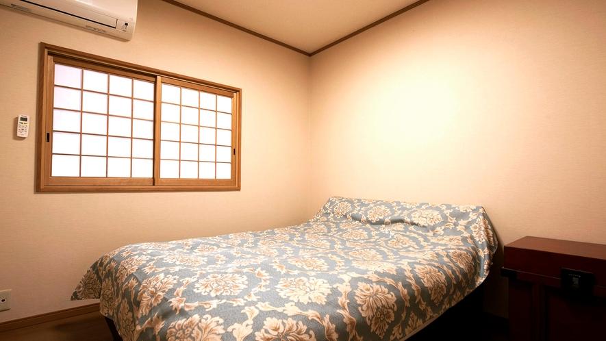 ・4畳半の洋室にはダブルベットを1台設置