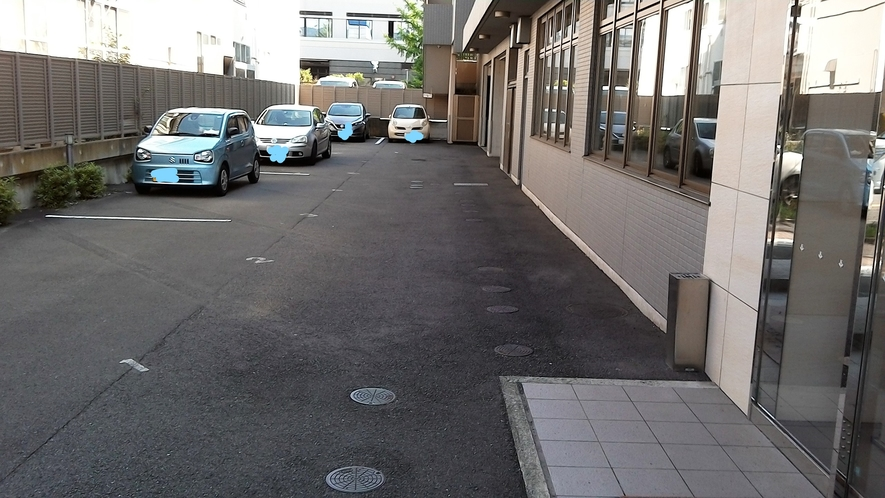 敷地内無料駐車場。先着順13台。満車時は契約駐車場へ(時間制限有)