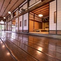 *【館内】樹齢400年近くの杉の木の板を、宮大工がすべて手でカンナをかけて手がけた廊下
