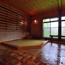 *【大浴場】源泉掛け流しの強塩温泉。疲れた体によく効くと好評です。