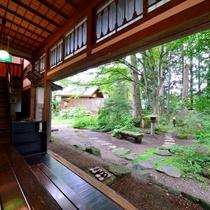 *【館内】縁側からは庭園を一望。大仙市指定の天然記念物・樅の木群がすぐ目の前に。