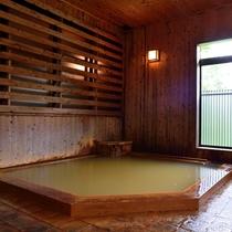 *【大浴場】毎分240リットル以上にも及ぶ豊富な湯量による源泉かけ流しの温泉をご堪能下さい。