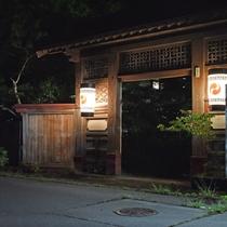 *【正門】静かな空間に佇む正門はどこか神秘的な雰囲気。