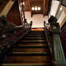 *【館内】宮大工ならではの技が作り上げた鹿鳴館風の階段室。擬洋風の技法が凝らされています。