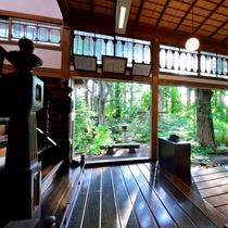 *【館内】大仙市天然記念物の指定書が飾られた縁側。館内と庭園のコントラストが美しく映ります。