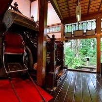*【館内】明治時代から使われていた小山田家の家紋入り人力車も展示しています。
