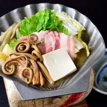 *【夕食一例】地元で採れた薇と、「まぼろしの白菜」と言われる強首白菜を使用した、名物・大綱薇貝焼。