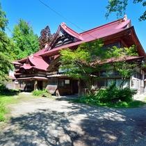*【外観】伝統的な日本建築の要素が色濃く、平成11年には建物一棟が国指定の「登録有形文化財」に。
