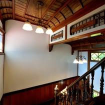 *【館内】伝統日本建築の一つである、織り上げ天井の階段室。