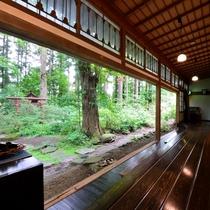 *【館内】四季折々の姿を魅せる庭園。居心地の良い縁側でゆったりと過ごすのもおすすめです。