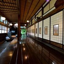 *【館内】全長16.3mにも及ぶ、天然秋田杉一枚板で作られた廊下。