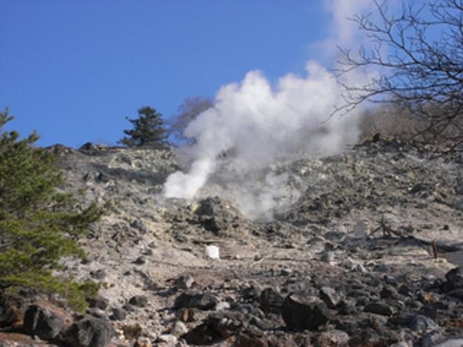 源泉湧く硫黄山