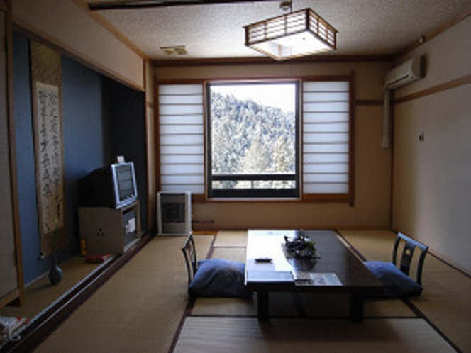 雪景色を見る冬の客室