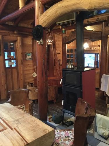 薪ストーブとレストラン
