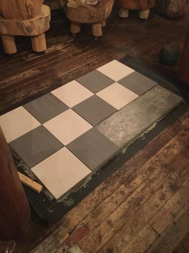 薪ストーブ設置のタイル貼り
