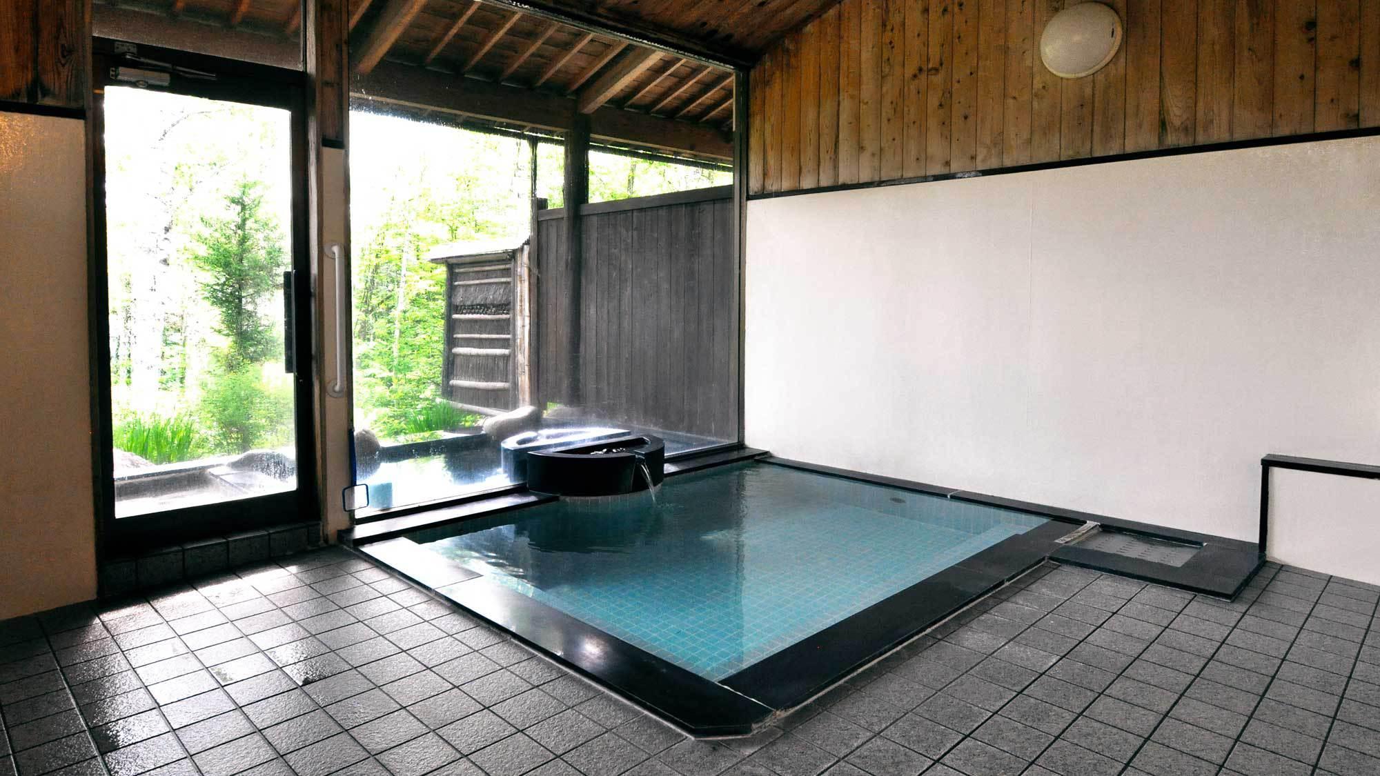 【大浴場】採光の良い大窓により、開放的な空間となっております。
