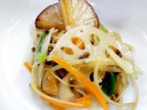 【お食事の一例】山菜や高原野菜などをふんだんに使ったお料理です。