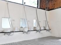 【大浴場】洗い場にはシャンプーなどの備え付けもございます。