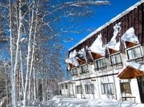 【外観】冬の白樺と建物