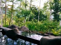 【露天風呂】目の前に広がる緑が、こわばった心をほぐします。