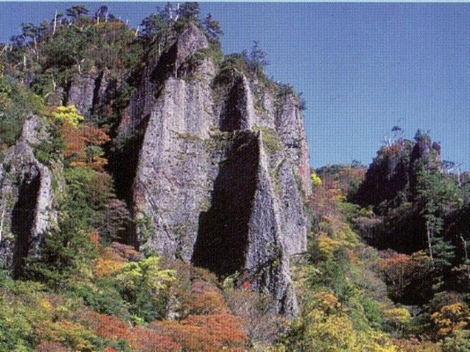 秋の奇岩、柱石と木々たち
