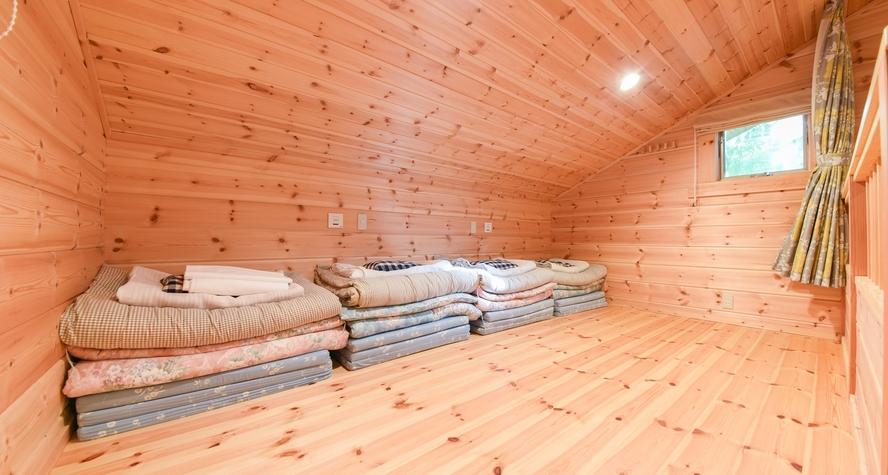 *【ログコテージ・ロフト】2階のロフト 広さ6畳の洋室です。