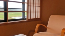 新館(窓辺の腰かけ)