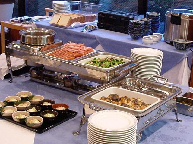 朝食は6時半から8時半まで、和洋バイキングメニューをご用意しております。